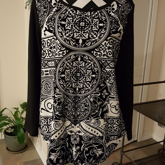Onque Casuals Tops - Black/white tunic with velvet texture